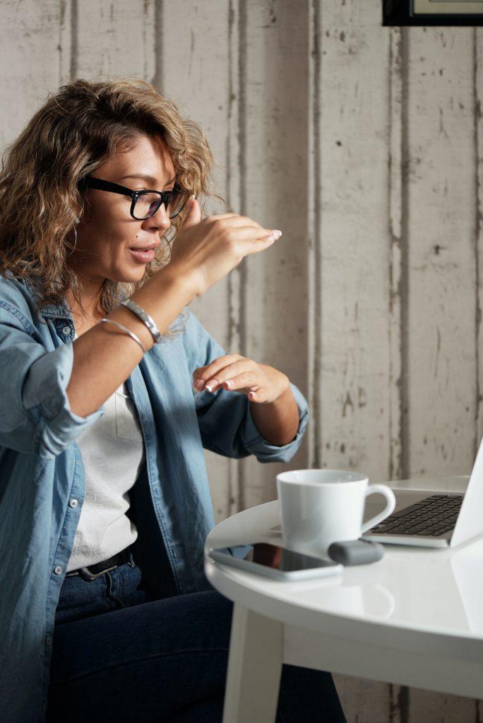 Frau erklärt über Online-Casinos